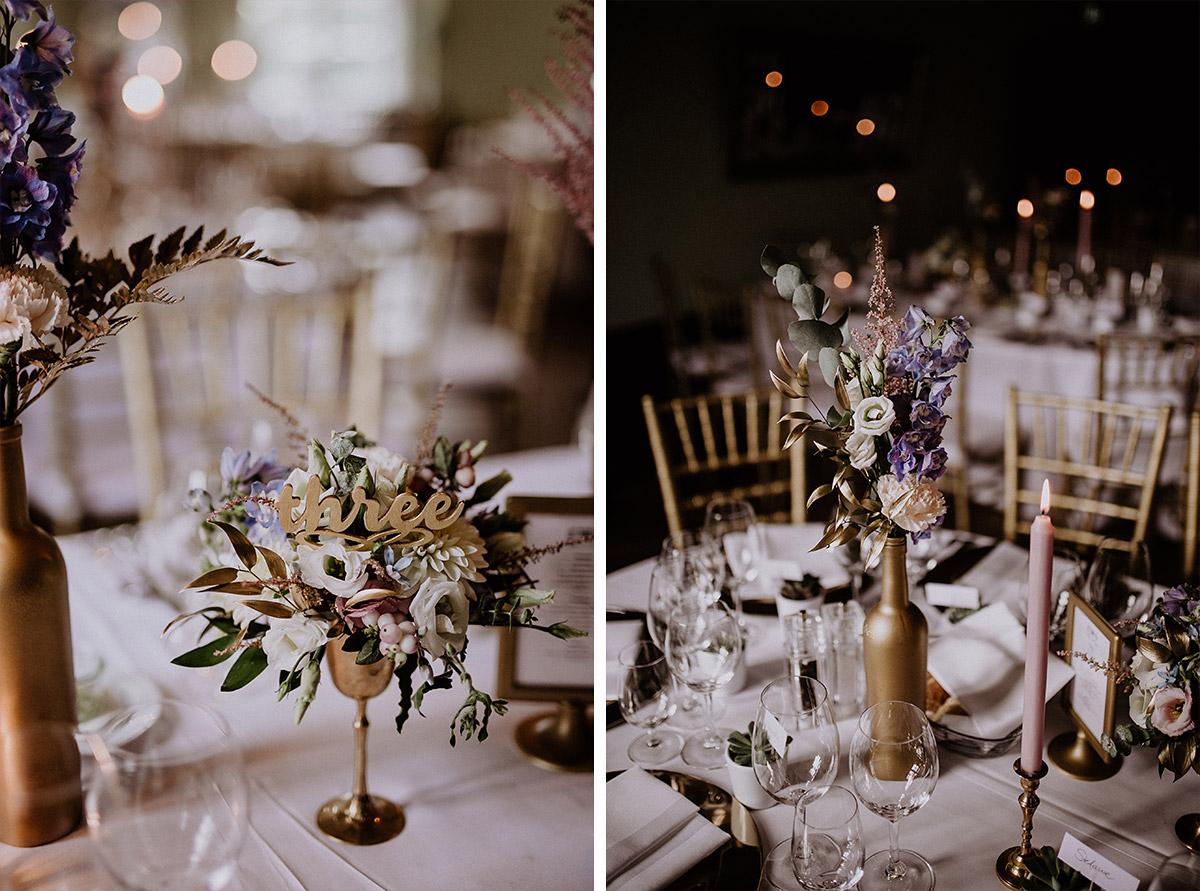 Blumenvasen als Tischkarten und Centerpiece Hochzeit mit Gold - Schloss Kartzow Potsdam Hochzeitsfotograf © www.hochzeitslicht.de