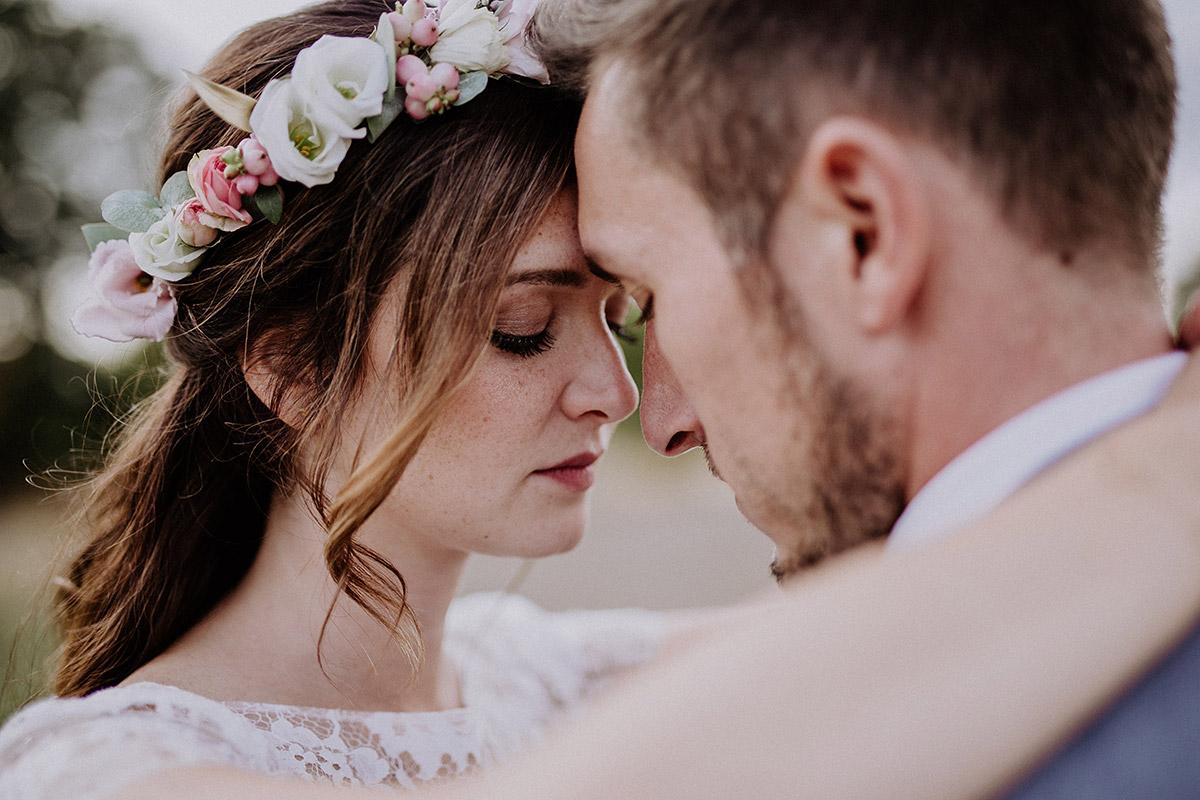 intimes Brautpaarfoto bei Schloss Kartzow Hochzeit - Schloss Kartzow Potsdam Hochzeitsfotograf © www.hochzeitslicht.de