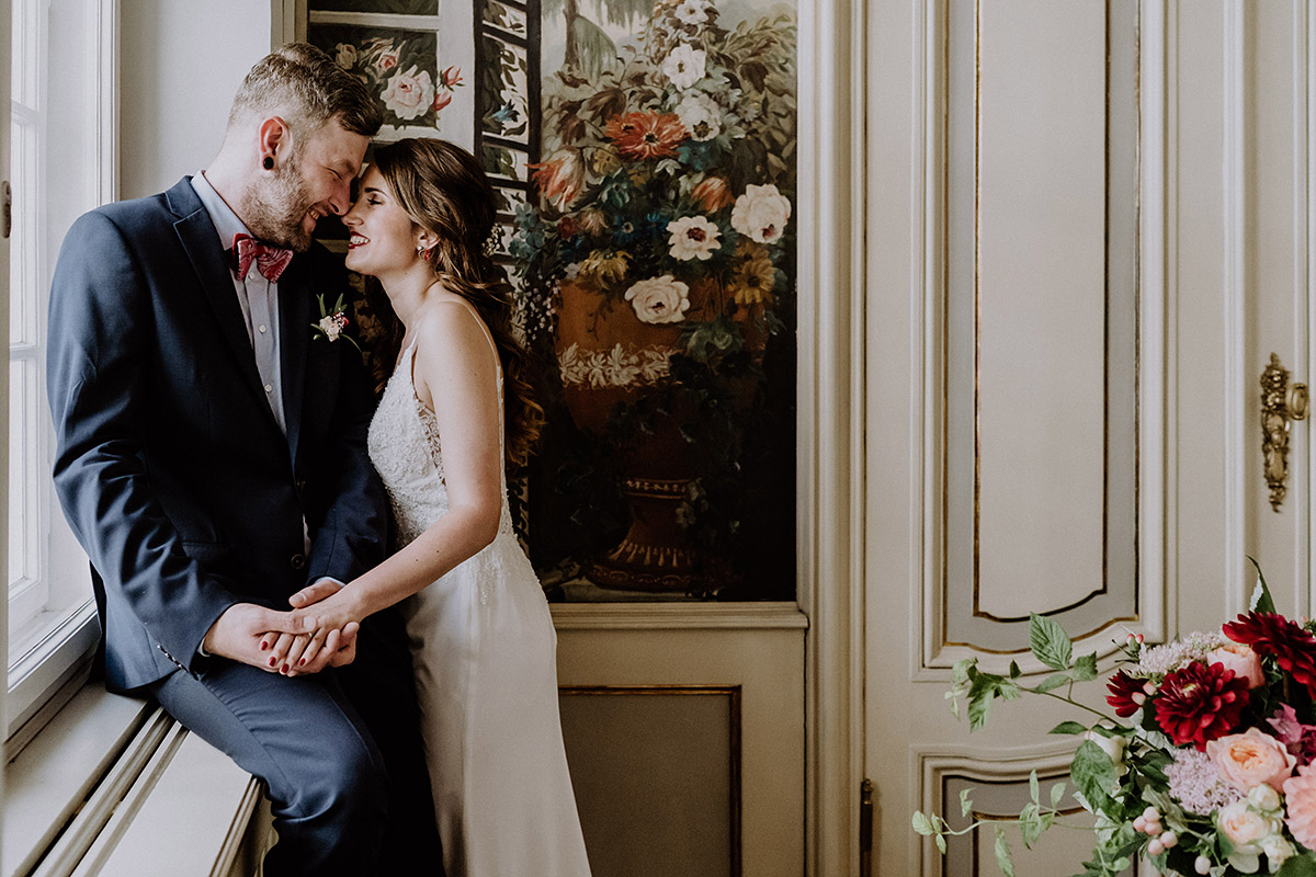 verliebtes Brautpaarfoto bei deutsch-französischer Hochzeit im Rosenzimmer - Ermelerhaus Berlin Hochzeitsfotograf © www.hochzeitslicht.de
