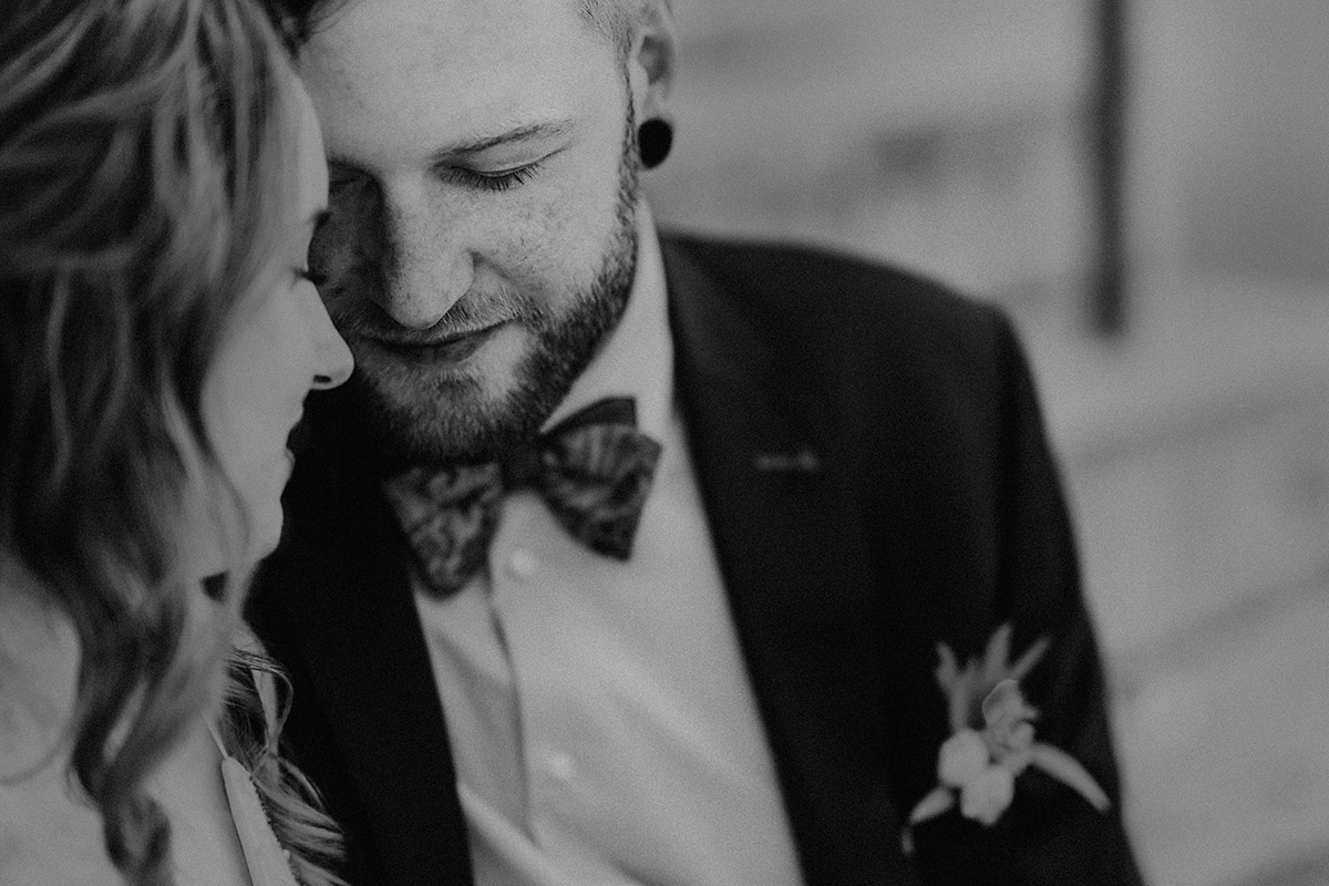 verträumtes schwarz-weiß Brautpaarfoto bei Berlin-Hochzeit im kleinen Kreis - Ermelerhaus Berlin Hochzeitsfotograf © www.hochzeitslicht.de