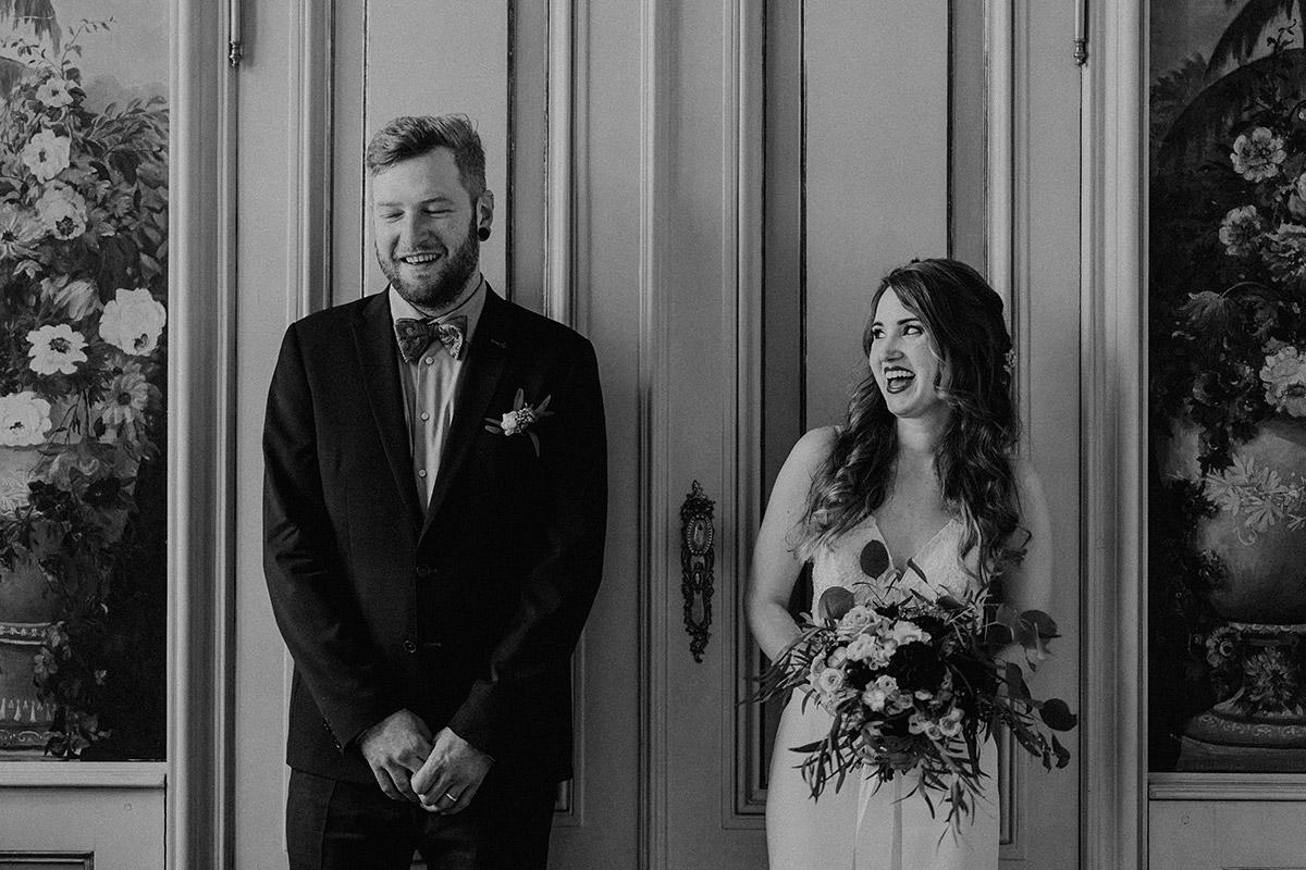 lustiges Brautpaarfoto bei intimer Berlin-Mitte-Hochzeit im kleinen Kreis - Ermelerhaus Berlin Hochzeitsfotograf © www.hochzeitslicht.de