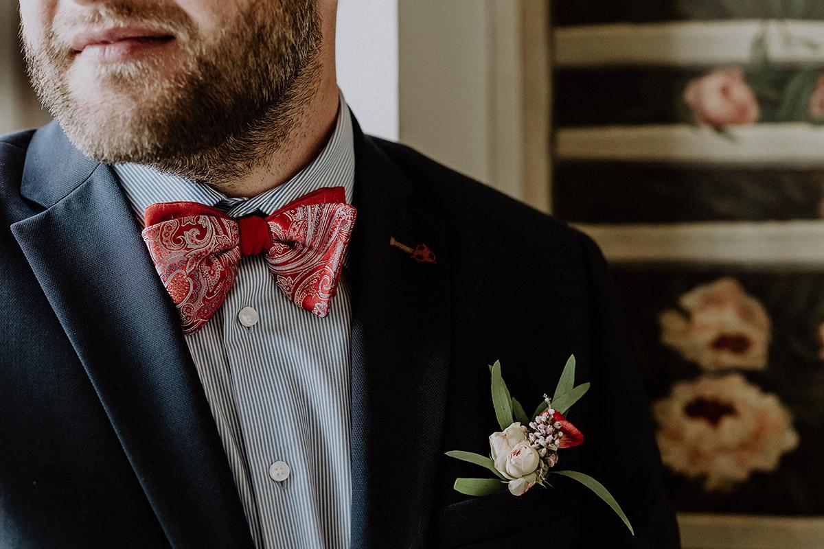 Hochzeitsportrait Bräutigam mit roter Paisley Fliege und gestreiftem Hemd bei deutsch-französischer Hochzeit im Standesamt Mitte - Ermelerhaus Berlin Hochzeitsfotograf © www.hochzeitslicht.de