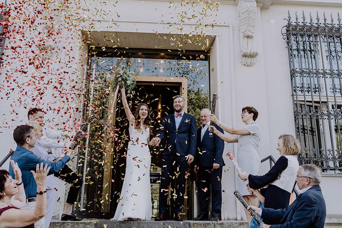 Auszug Brautpaar aus Ermelerhaus mit Konfettikanonen - Ermelerhaus Berlin Hochzeitsfotograf © www.hochzeitslicht.de