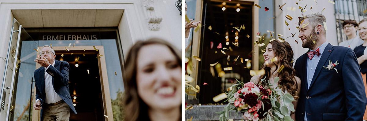 Gäste feiern Auszug Brautpaar mit Konfetti-Kanonen nach Trauung Standesamt Mitte - Ermelerhaus Berlin Hochzeitsfotograf © www.hochzeitslicht.de