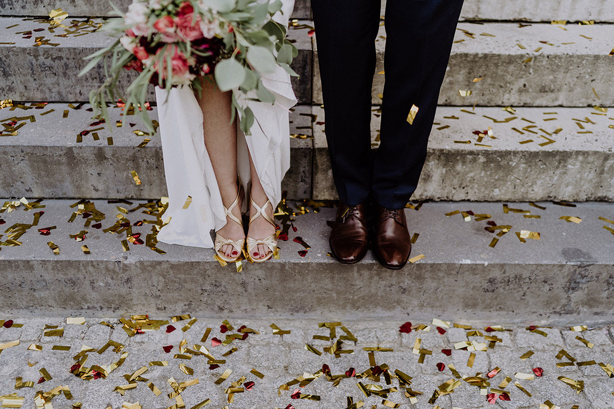 modernes Brautpaarfoto von Beinen Brautpaar mit goldenen Schuhen Braut und braunen Lederschuhen Bräutigam nach intimer Trauung Standesamt Mitte - Ermelerhaus Berlin Hochzeitsfotograf © www.hochzeitslicht.de