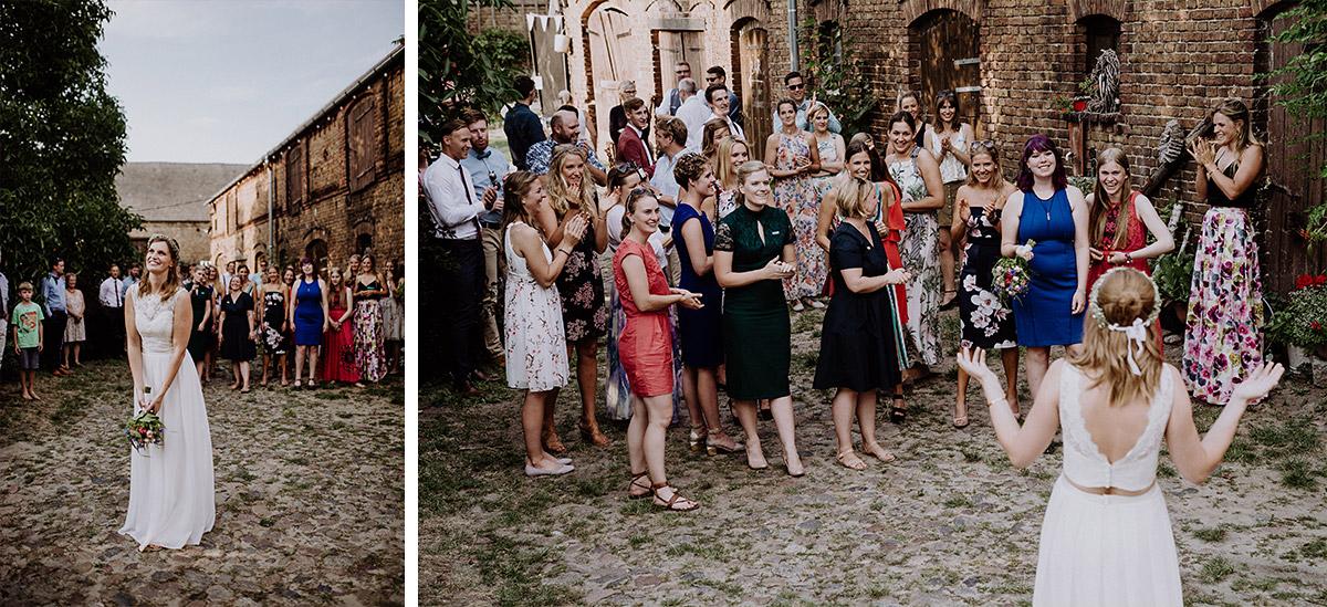 Brautstraußwerfen bei Sommerhochzeit - Vierseithofcafé Brandenburg Hochzeitsfotograf © www.hochzeitslicht.de