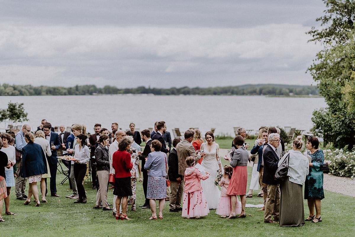 Sektempfang bei internationaler Hochzeit am See - Gut Schloss Golm Potsdam Hochzeitsfotograf © www.hochzeitslicht.de