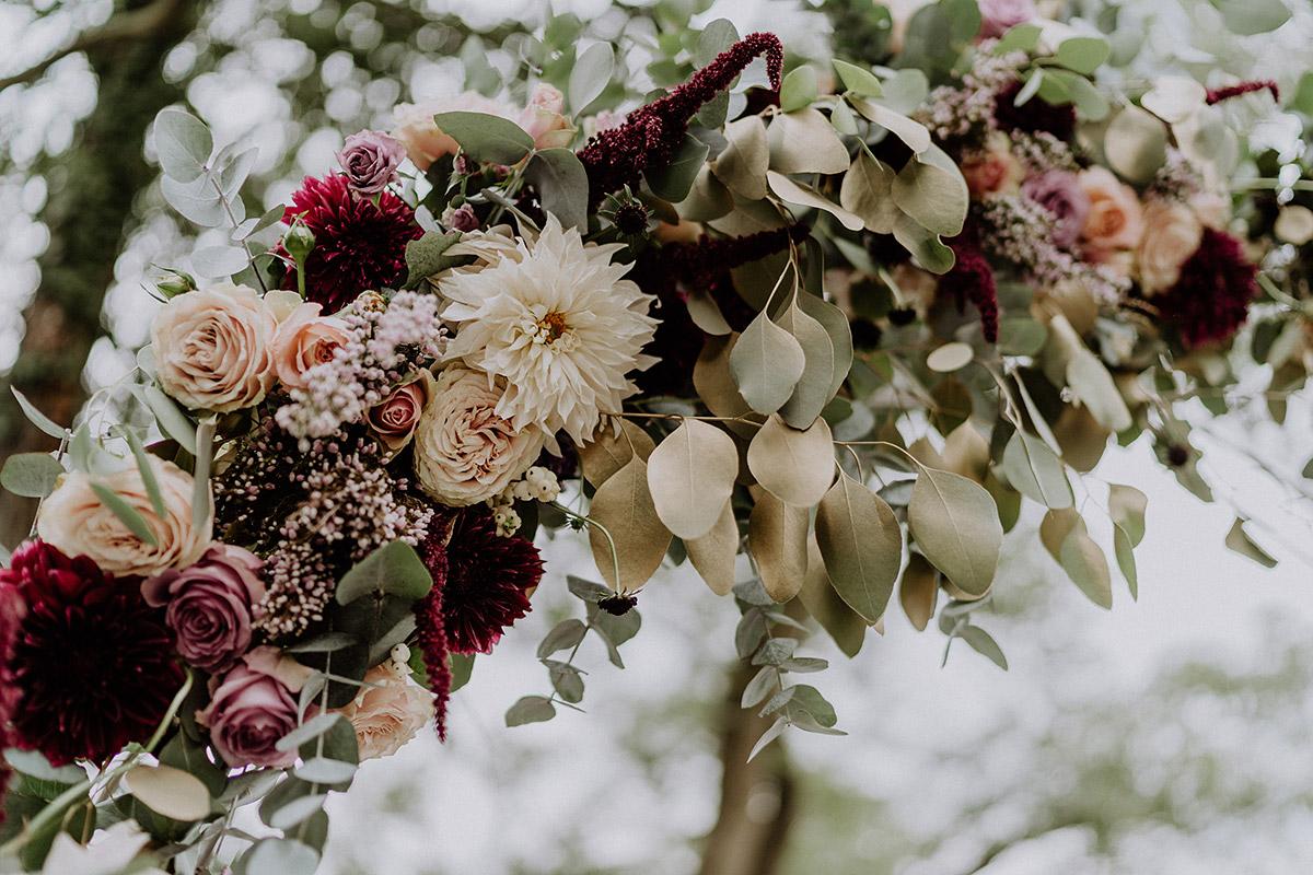Blumenbogen für freie Trauung aus Dahlien, Rosen und Eukalyptus - Gut Schloss Golm Potsdam Hochzeitsfotograf © www.hochzeitslicht.de