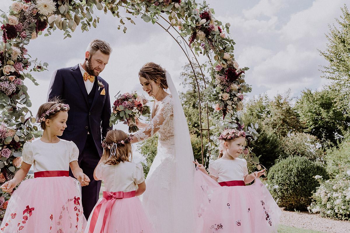 Hochzeitsfoto Brautpaar mit Blumenmädchen - Gut Schloss Golm Potsdam Hochzeitsfotograf © www.hochzeitslicht.de
