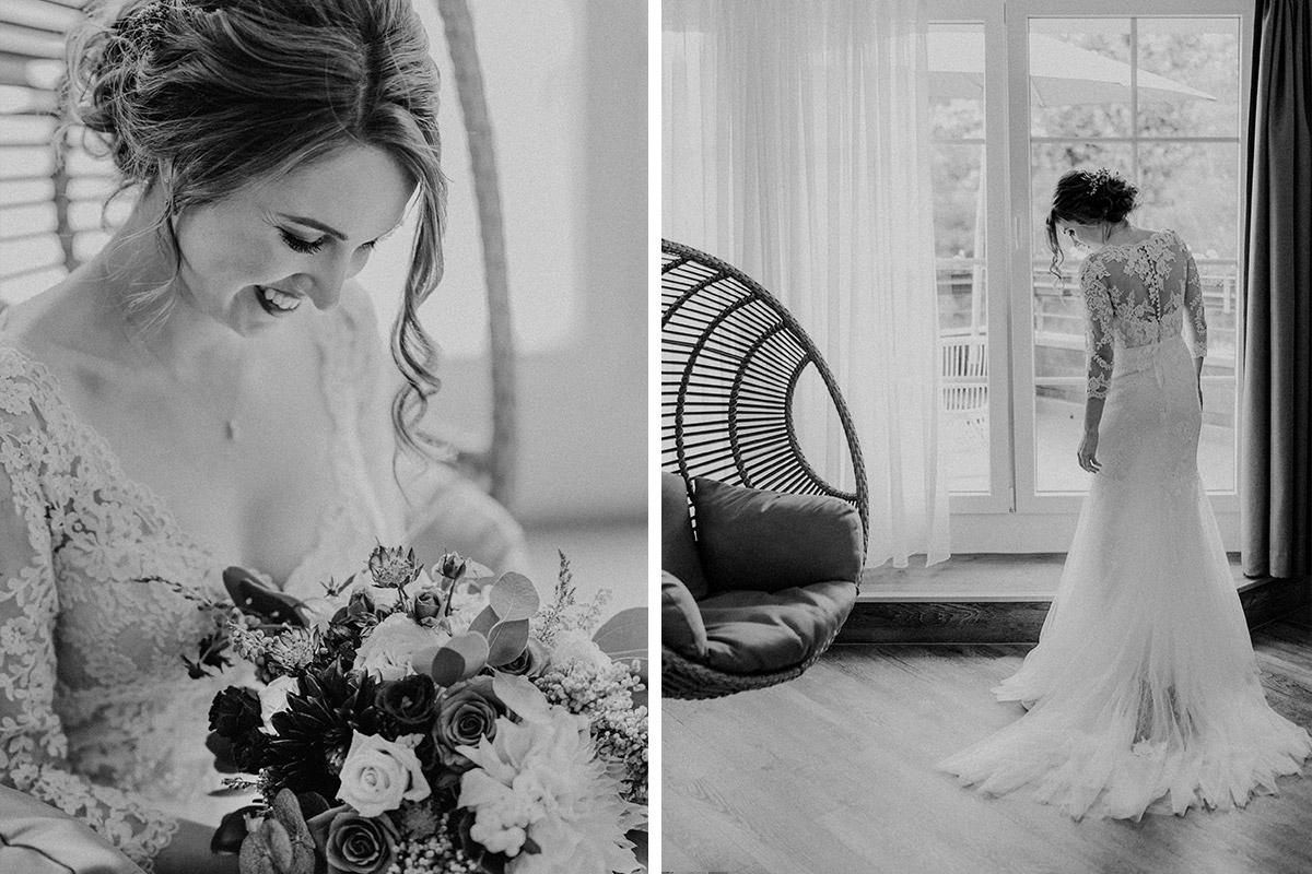 Hochzeitsfotografie schwarz-weiß von Braut in aufwendigem Spitzenkleid mit langen Ärmeln und Schleppe - Gut Schloss Golm Potsdam Hochzeitsfotograf © www.hochzeitslicht.de
