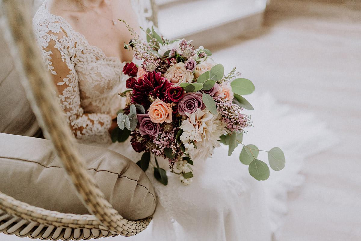 Hochzeitsfoto von Brautstrauß aus Rosen, Dahlien und Eukalyptus von Kopflegenden - Gut Schloss Golm Potsdam Hochzeitsfotograf © www.hochzeitslicht.de