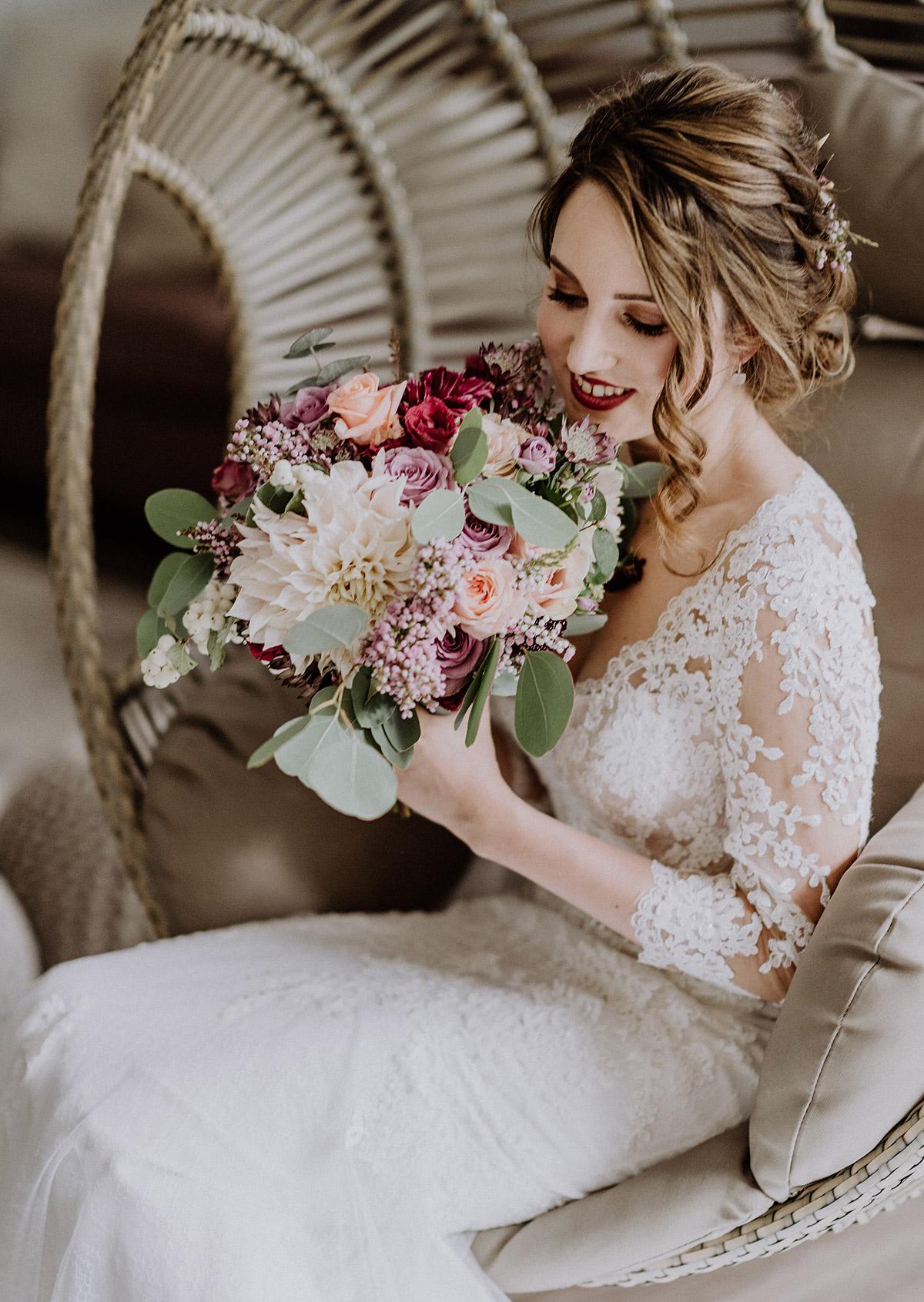 Braut mit Brautstrauß von Kopflegenden aus rosa, lila und weißen Blumen bei Potsdam Hochzeit - Gut Schloss Golm Potsdam Hochzeitsfotograf © www.hochzeitslicht.de
