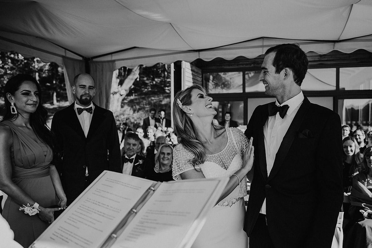 fröhliches Hochzeitsreportagefoto bei standesamtlicher Trauung am See - Seehaus Schloss Liebenberg Hochzeitsfotograf © www.hochzeitslicht.de