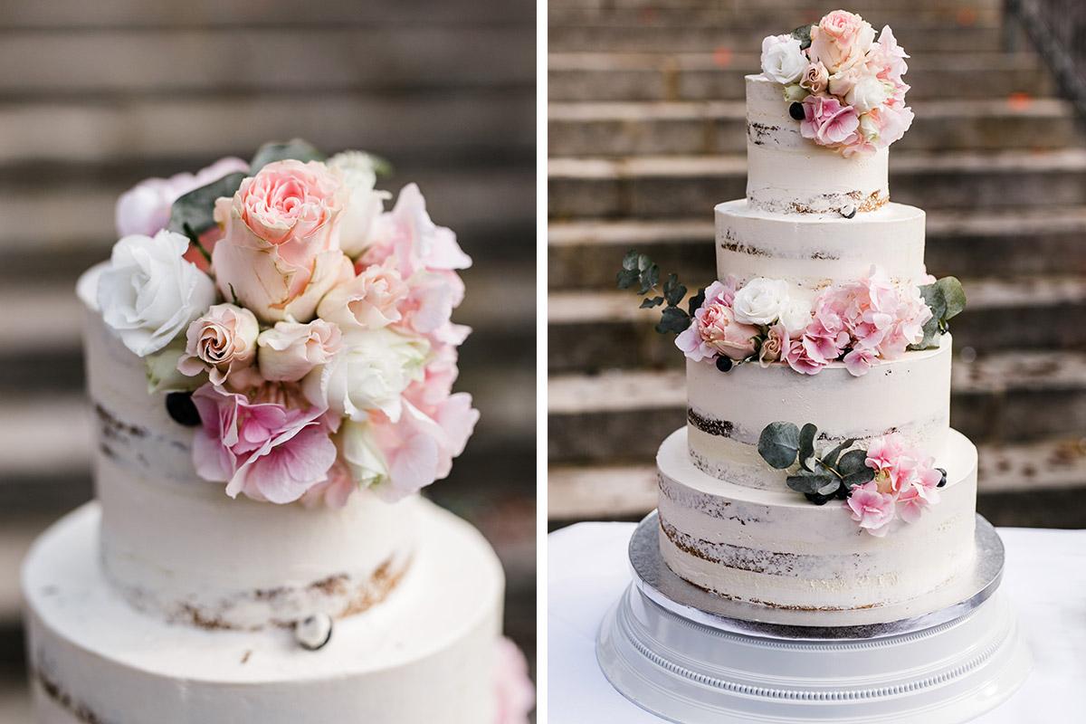 vierstöcikge Hochzeitstorte Naked Cake mit rosa und weißen Rosen dekoriert - Seehaus Schloss Liebenberg Hochzeitsfotograf © www.hochzeitslicht.de