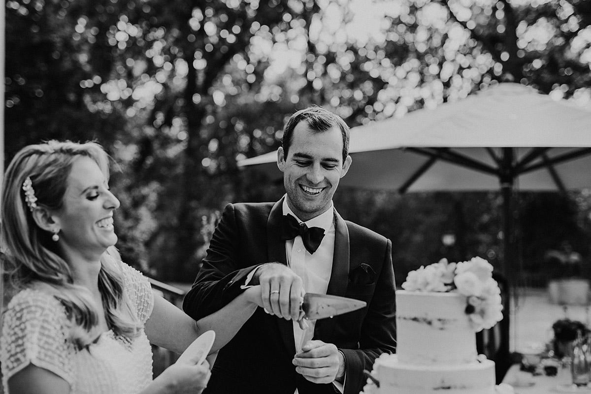 Hochzeitsreportagefoto beim Anschneiden der Hochzeitstorte - Seehaus Schloss Liebenberg Hochzeitsfotograf © www.hochzeitslicht.de