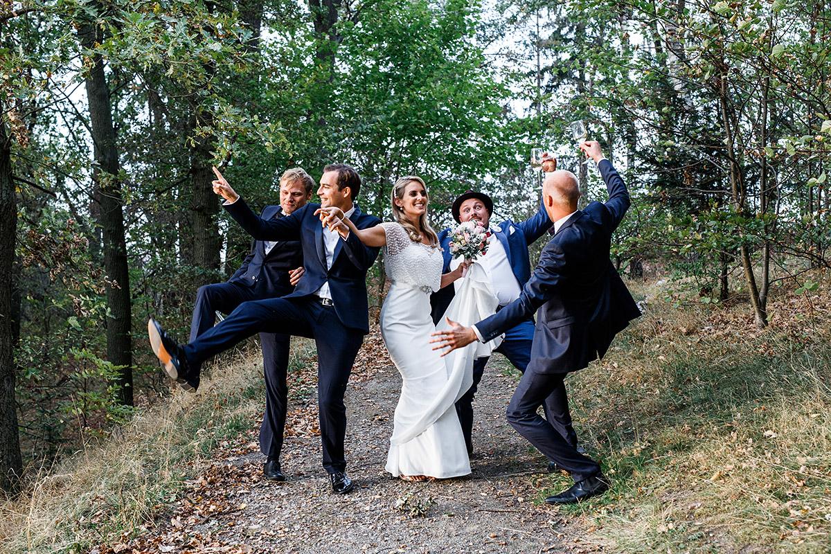lustiges Gruppenfoto im Grünen bei Herbsthochzeit - Seehaus Schloss Liebenberg Hochzeitsfotograf © www.hochzeitslicht.de