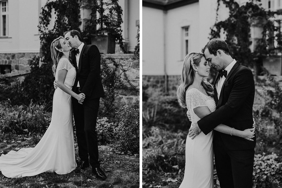 romantisches Brautpaarfoto schwarz-weiß bei Herbsthochzeit - Seehaus Schloss Liebenberg Hochzeitsfotograf © www.hochzeitslicht.de