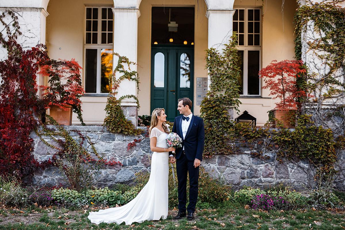 Hochzeitsfoto Brautpaar bei Herbsthochzeit - Seehaus Schloss Liebenberg Hochzeitsfotograf © www.hochzeitslicht.de
