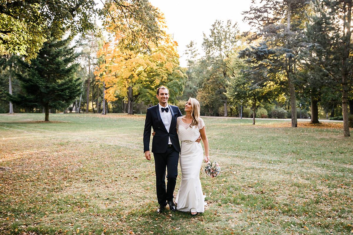 Hochzeitsfotografie im Park bei goldenem Licht - Seehaus Schloss Liebenberg Hochzeitsfotograf © www.hochzeitslicht.de