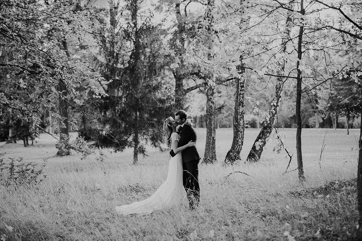 romantisches Brautpaarfoto im Wald Braut mit langer Schleppe - Seehaus Schloss Liebenberg Hochzeitsfotograf © www.hochzeitslicht.de