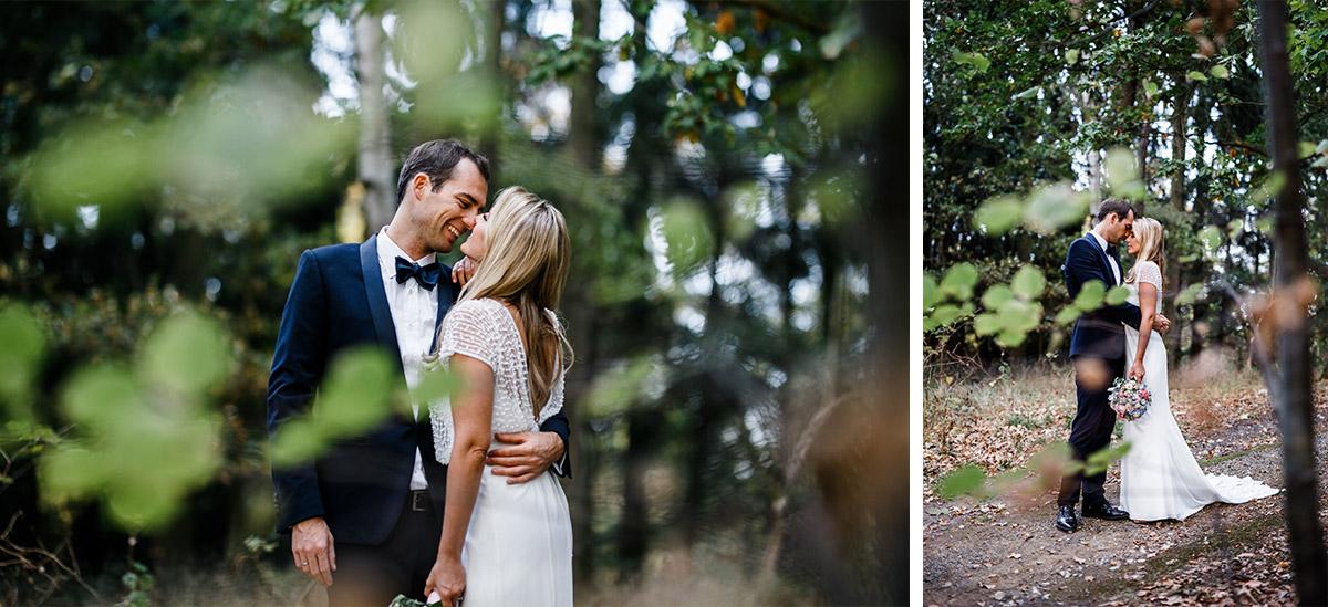 stimmungsvolles Brautpaarfoto im Wald - Seehaus Schloss Liebenberg Hochzeitsfotograf © www.hochzeitslicht.de