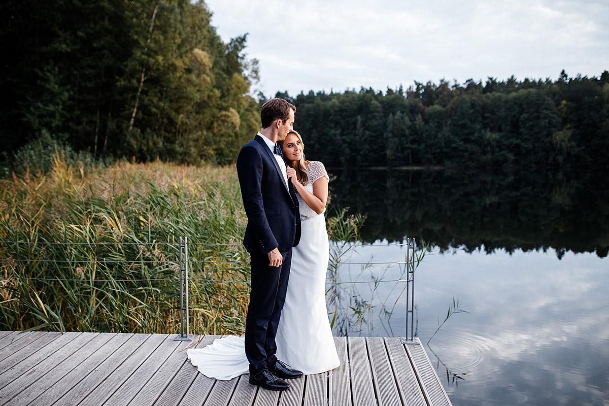 Fotoshooting Brautpaar am See - Seehaus Schloss Liebenberg Hochzeitsfotograf © www.hochzeitslicht.de