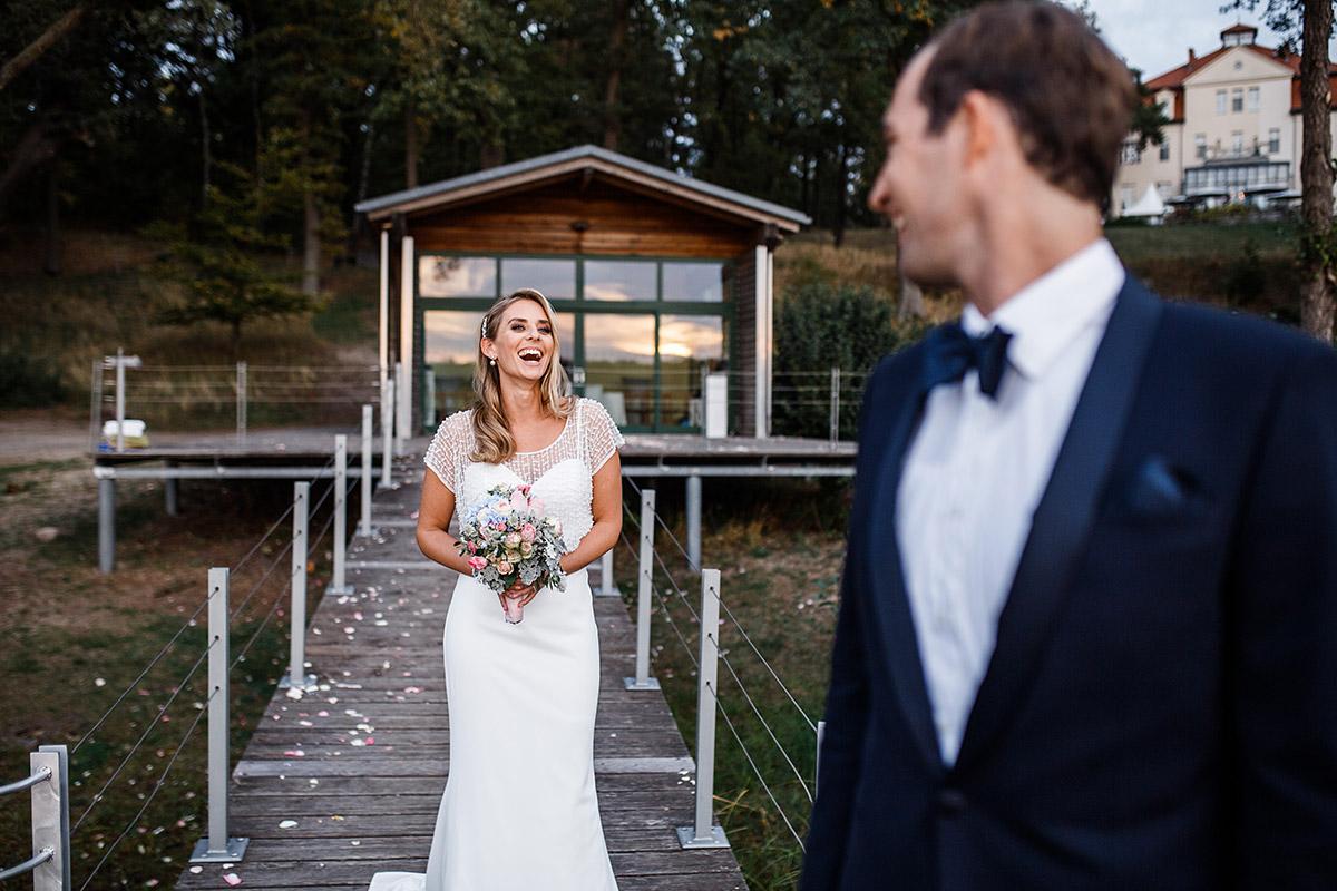 authentisches Brautpaarfoto am See - Seehaus Schloss Liebenberg Hochzeitsfotograf © www.hochzeitslicht.de