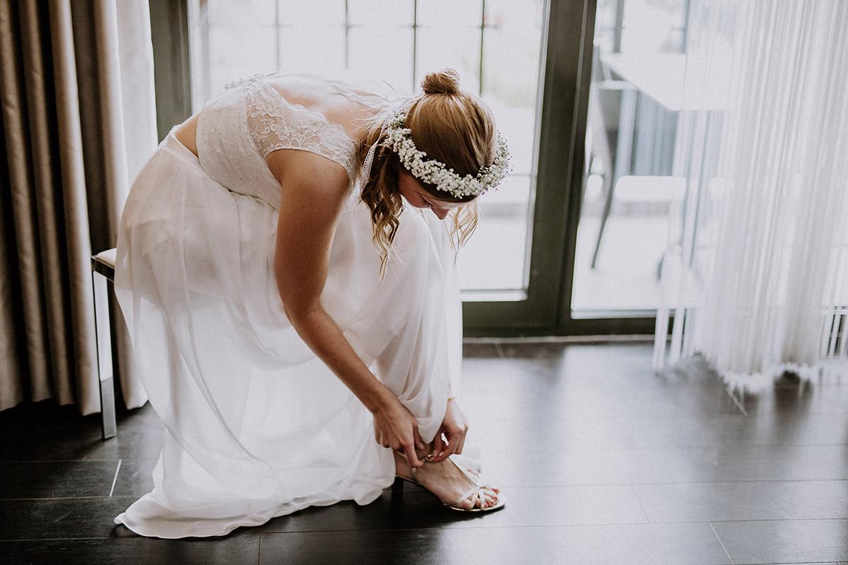 Braut in zweiteiligem Brautkleid - Vierseithofcafé Brandenburg Hochzeitsfotograf © www.hochzeitslicht.de