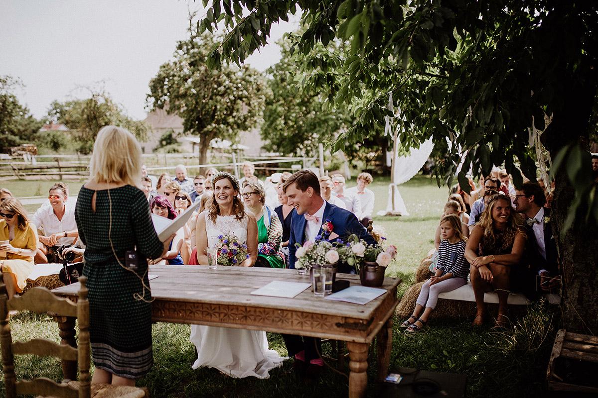 Trauung Gartenhochzeit - Vierseithofcafé Brandenburg Hochzeitsfotograf © www.hochzeitslicht.de