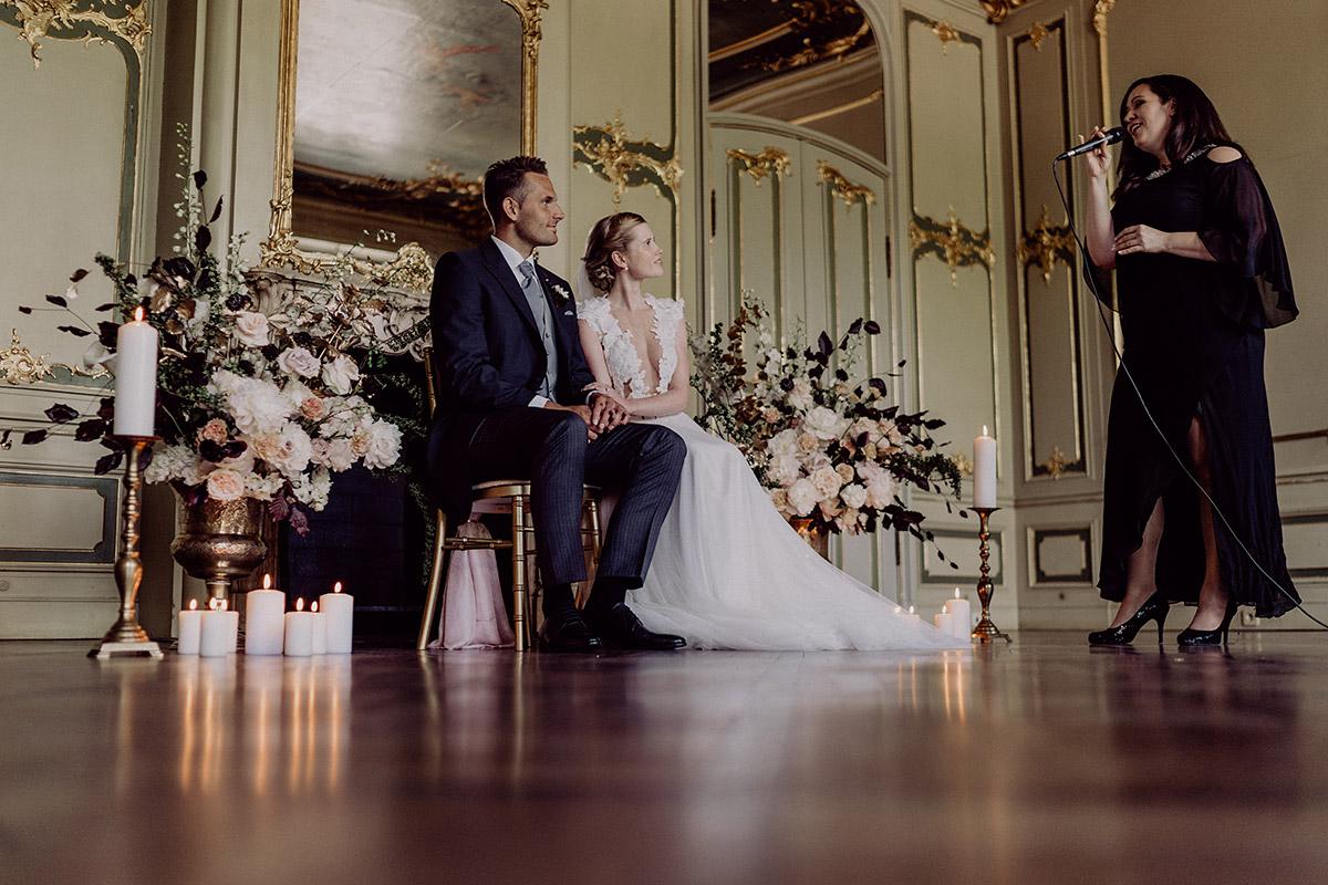 Hochzeitsfoto Trauung im Ermelerhaus mit Sängerin und Traurednerin Jennifer Krawehl - Berlin Hochzeitsfotograf © www.hochzeitslicht.de