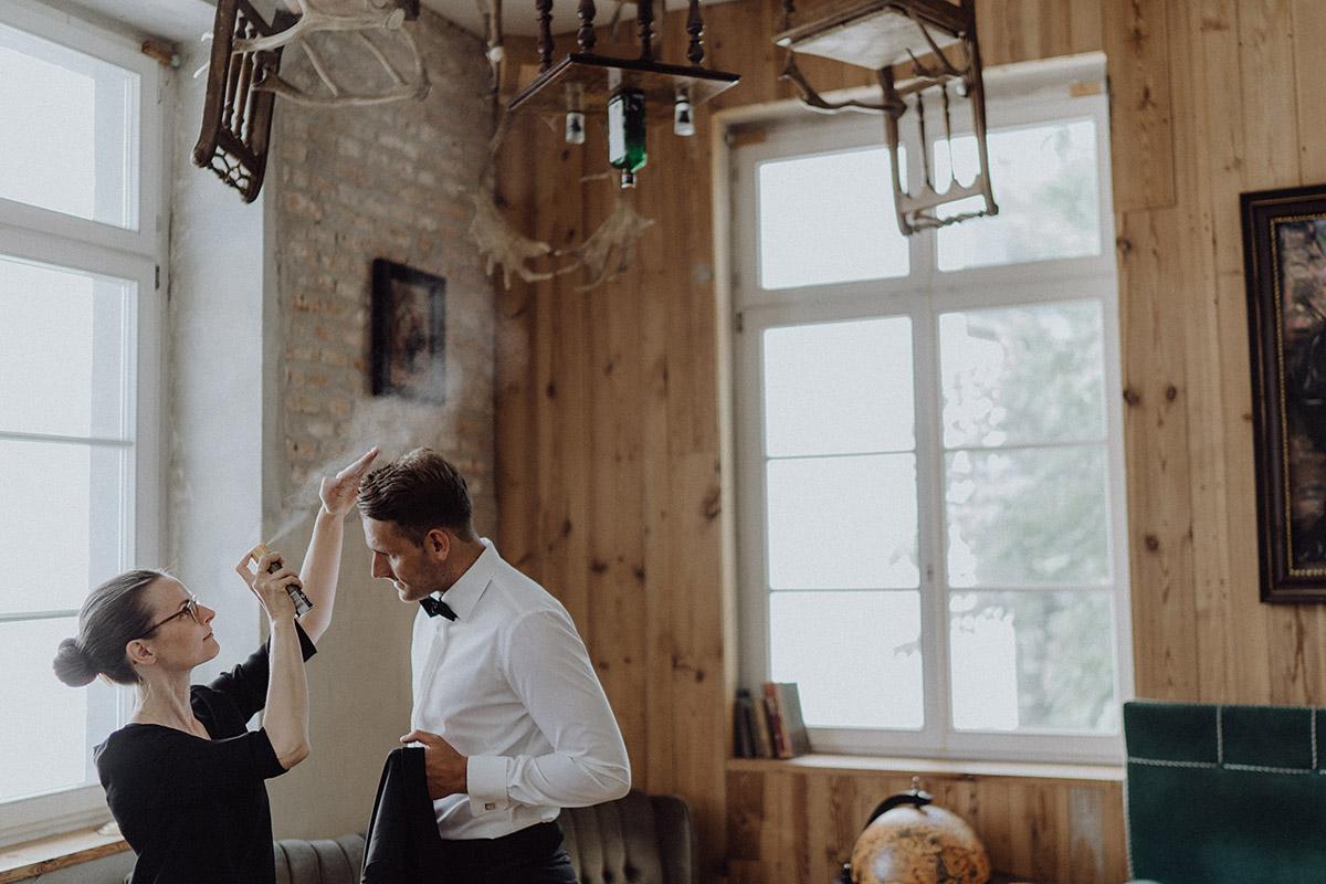 Hochzeitsfoto Styling Bräutigam bei intimer Hochzeit zu zweit im The Grand Berlin - Berlin Hochzeitsfotograf © www.hochzeitslicht.de