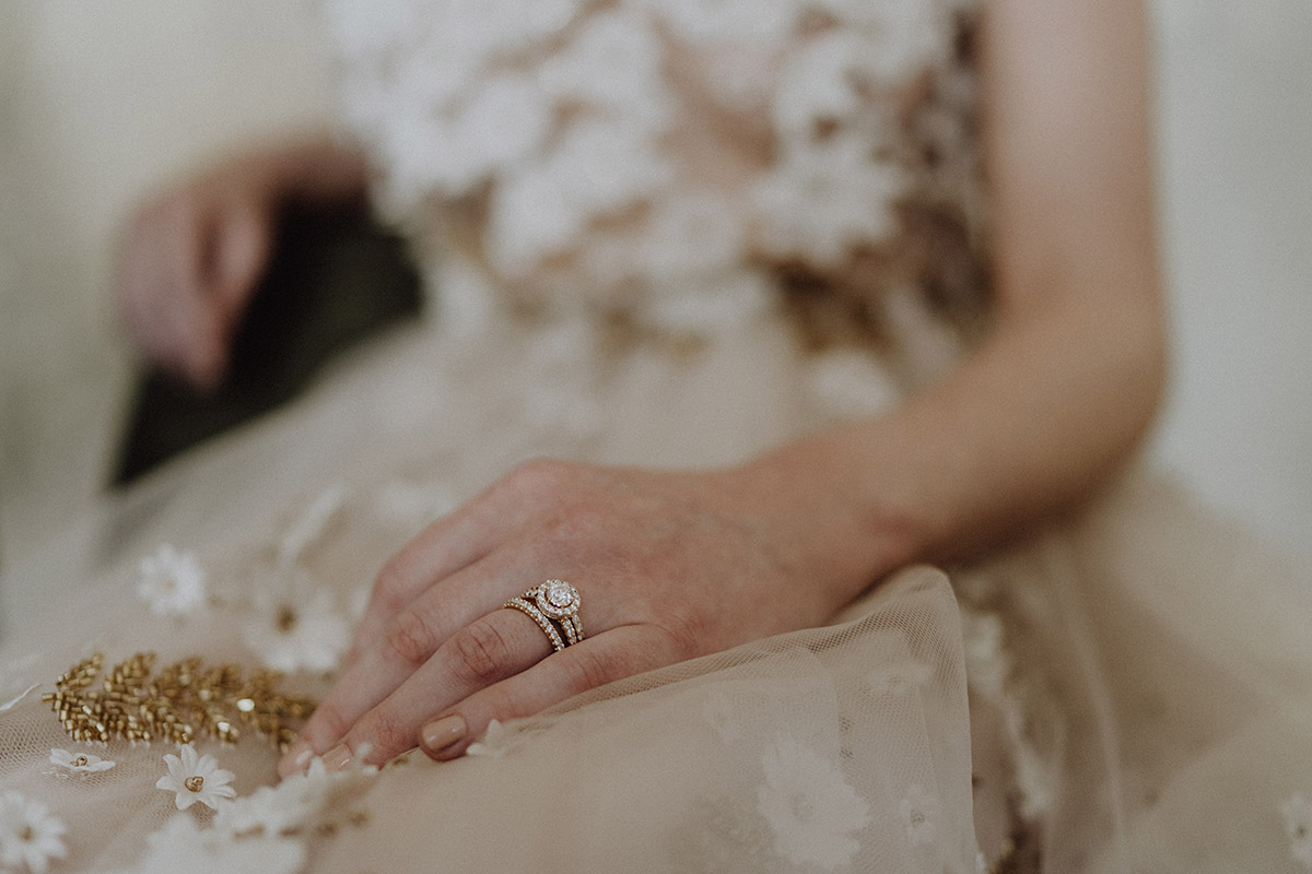 Detailfoto Eheringe Braut von Juwelier Wempe bei Vintage Hochzeit - Berlin Hochzeitsfotograf © www.hochzeitslicht.de