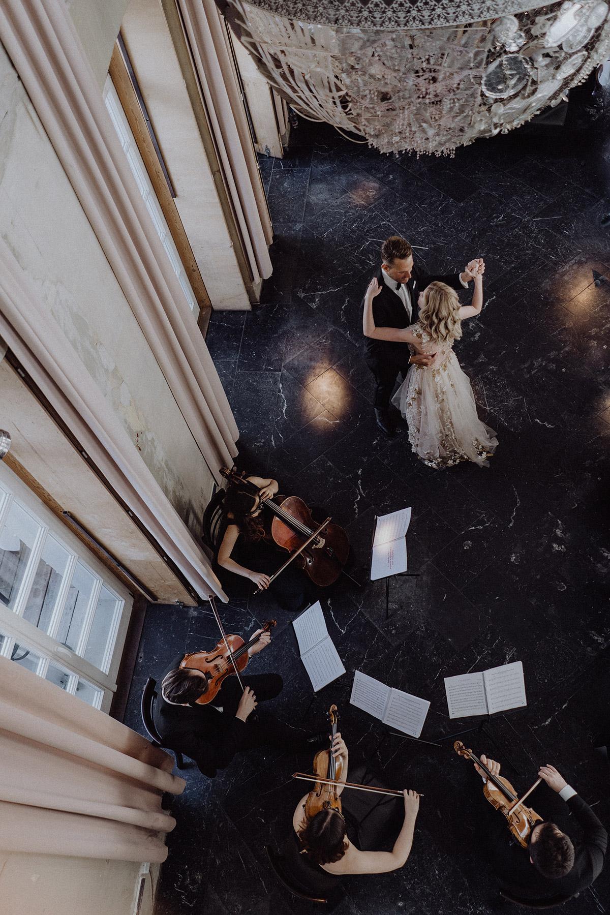 Hochzeitstanz mit Streicherquartett bei intimer Hochzeit zu zweit im The Grand Berlin - Berlin Hochzeitsfotograf © www.hochzeitslicht.de