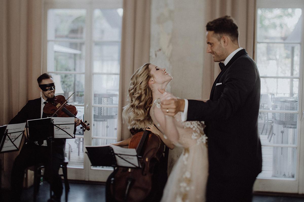 Hochzeitsfotografie Tanz bei romantischer Hochzeit zu zweit mit Thema Venetian Love Story - Berlin Hochzeitsfotograf © www.hochzeitslicht.de