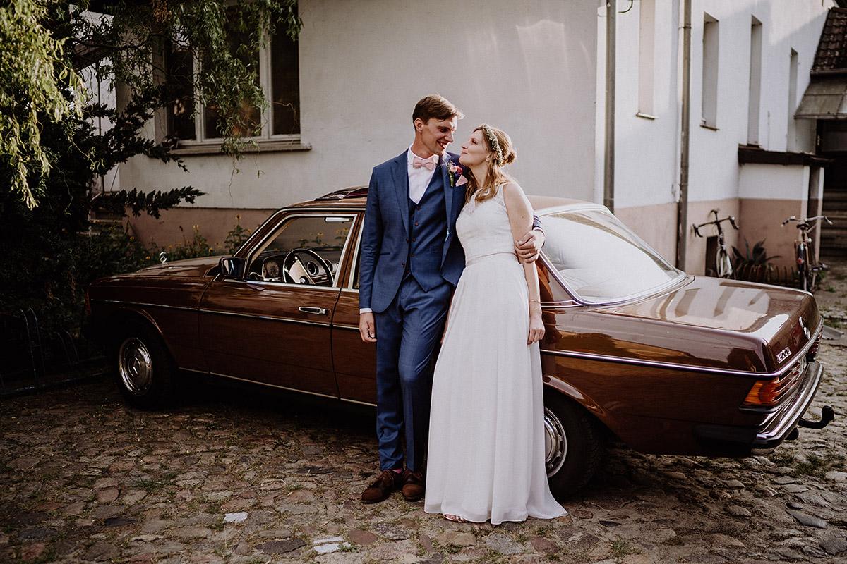 Brautpaar mit Hochzeitsauto - Vierseithofcafé Brandenburg Hochzeitsfotograf © www.hochzeitslicht.de