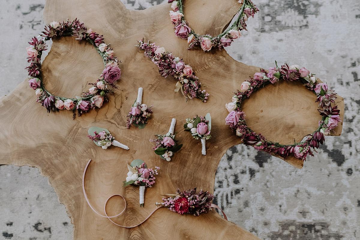 Blumenkränze Haare Blumenmädchen und Anstecksträuße von Kopflegenden - Gut Schloss Golm Potsdam Hochzeitsfotograf © www.hochzeitslicht.de