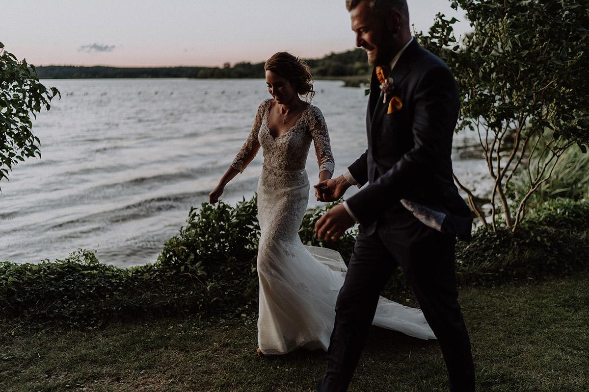 Hochzeitsfoto Brautpaar bei Sonnenuntergang am See aufgenommen von internationaler Hochzeitsfotografin Berlin - Gut Schloss Golm Potsdam Hochzeitsfotograf © www.hochzeitslicht.de