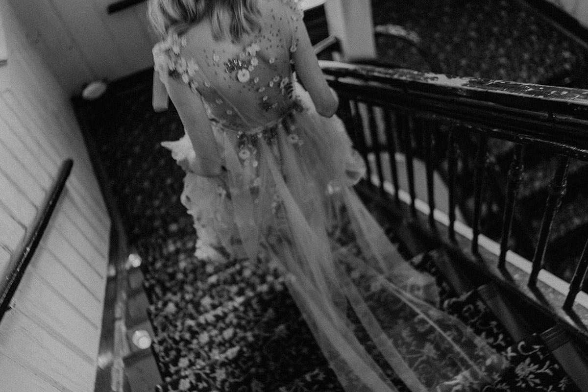 Braut in Brautkleid mit langer Schleppe und durchsichtigem Rücken aufgenommen von Hochzeitsfotografin Berlin - Berlin Hochzeitsfotograf © www.hochzeitslicht.de