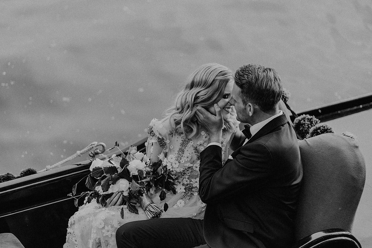 Brautpaarfoto in Gondel von Servizio Gondola bei Venedig Motto Hochzeit - Berlin Hochzeitsfotograf © www.hochzeitslicht.de