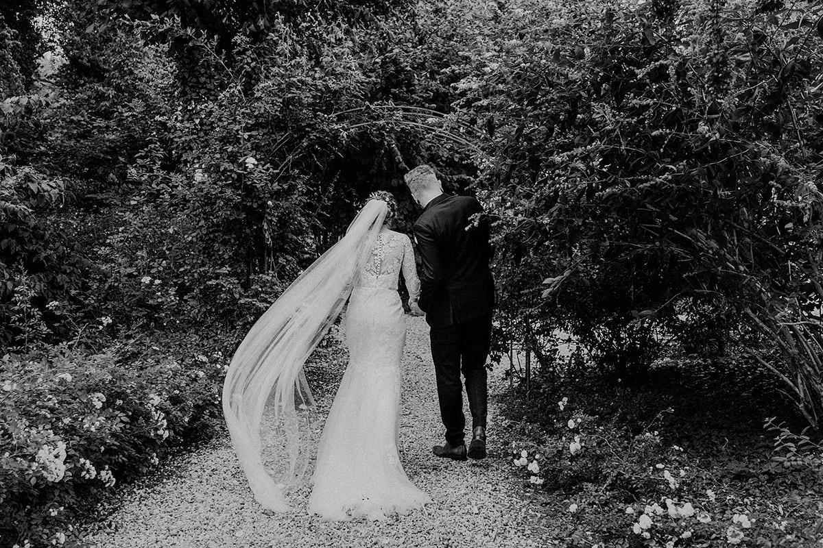 Hochzeitsfotografie Auszug Brautpaar nach freier Trauung fotografiert von internationaler Hochzeitsfotografin Berlin - Gut Schloss Golm Potsdam Hochzeitsfotograf © www.hochzeitslicht.de