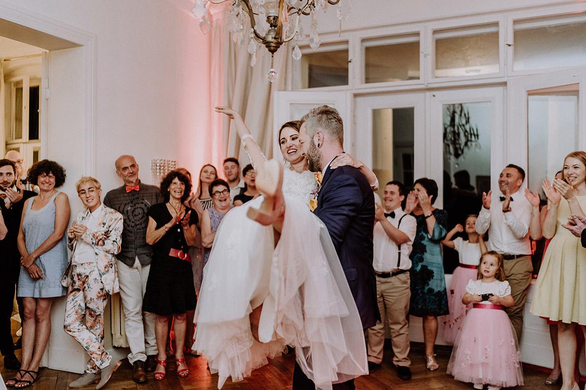 Hochzeitsfoto Eröffnungstanz aufgenommen von internationaler Hochzeitsfotografin Berlin - Gut Schloss Golm Potsdam Hochzeitsfotograf © www.hochzeitslicht.de