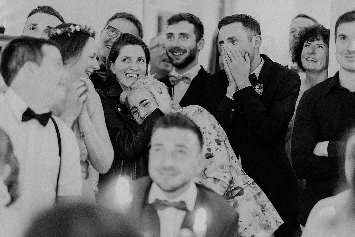 emotionales ungestelltes Hochzeitsfoto bei internationaler Hochzeit - Gut Schloss Golm Potsdam Hochzeitsfotograf © www.hochzeitslicht.de