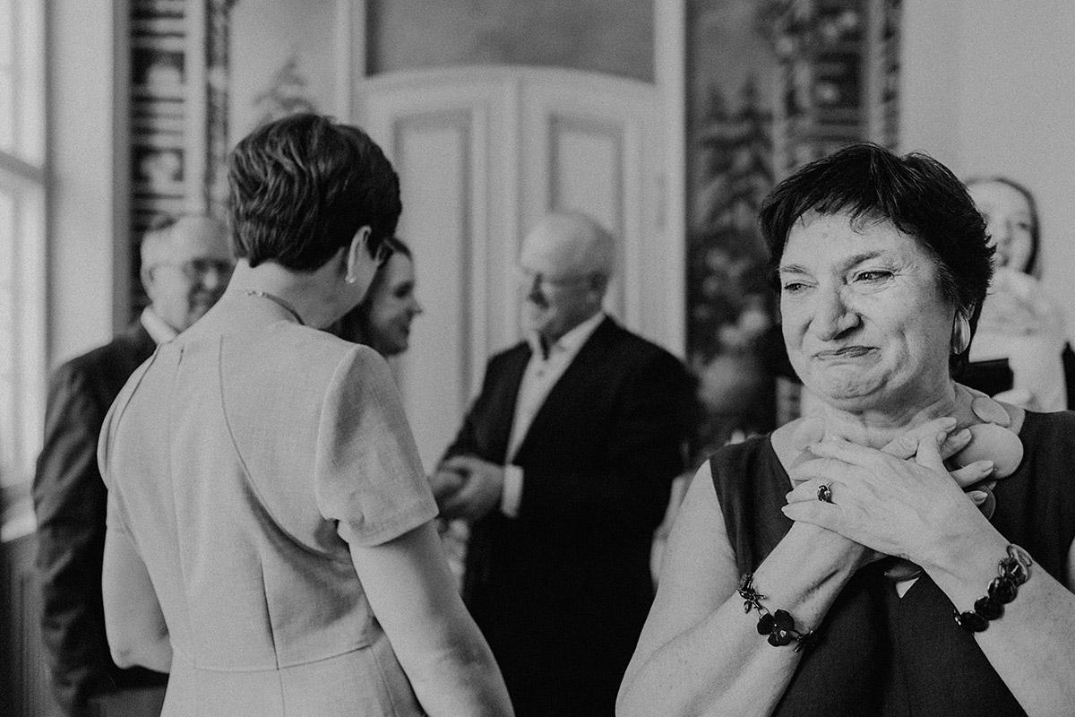 emotionales Hochzeitsreportagefoto nach intimer Hochzeit im Standesamt Mitte - Ermelerhaus Berlin Hochzeitsfotograf © www.hochzeitslicht.de