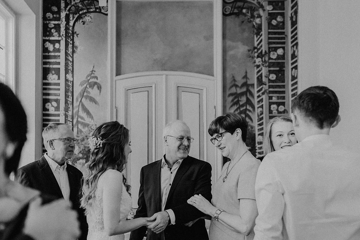 Gratulation bei deutsch-französischer Hochzeit im kleinen Kreis im Standesamt Mitte - Ermelerhaus Berlin Hochzeitsfotograf © www.hochzeitslicht.de