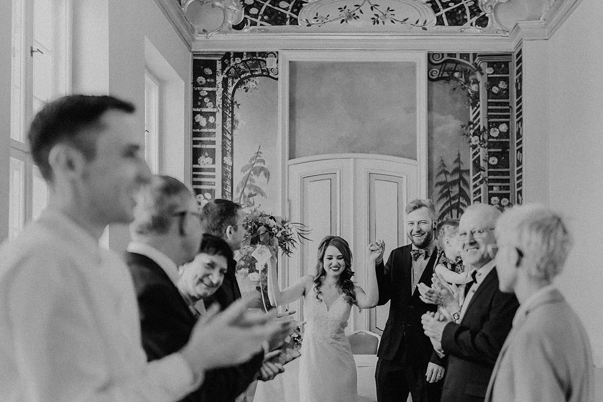 Auszug Brautpaar nach Trauung im Rosenzimmer bei internationaler Hochzeit - Ermelerhaus Berlin Hochzeitsfotograf © www.hochzeitslicht.de