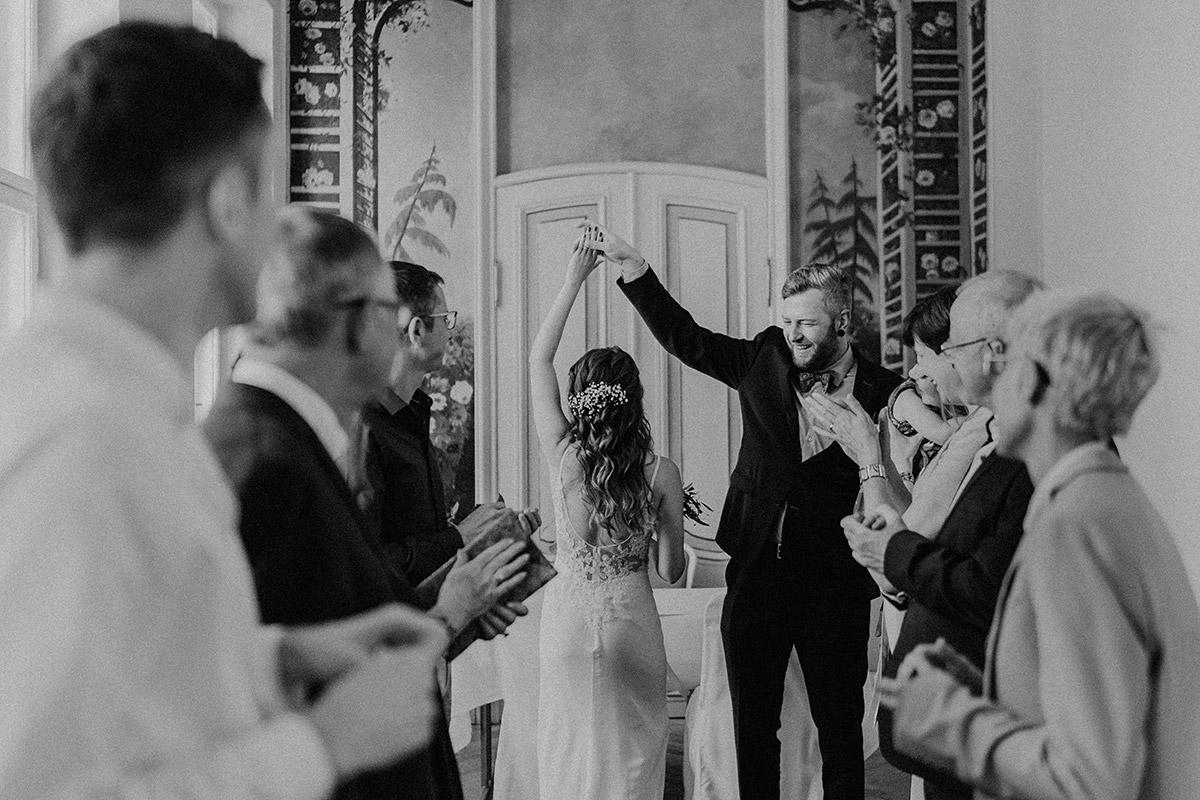 tanzendes Brautpaar bei deutsch-französischer Hochzeit im Standesamt Mitte - Ermelerhaus Berlin Hochzeitsfotograf © www.hochzeitslicht.de