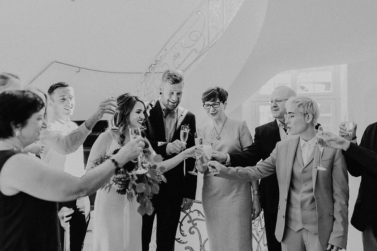 Hochzeitsfoto von Champagnerempfang bei deutsch-französischer Hochzeit - Ermelerhaus Berlin Hochzeitsfotograf © www.hochzeitslicht.de
