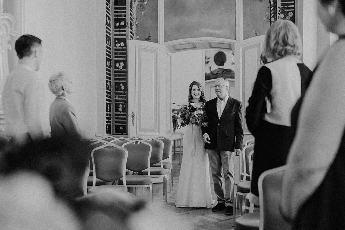 Hochzeitsfoto vom Einzug der Braut ins Rosenzimmer des Ermelerhaus bei intimer Hochzeit im kleinsten Kreis - Ermelerhaus Berlin Hochzeitsfotograf © www.hochzeitslicht.de
