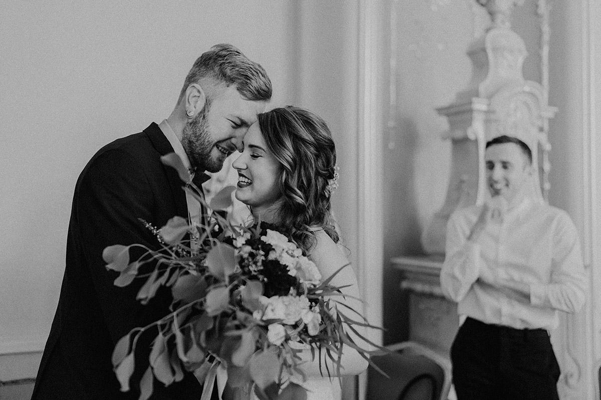 ungestelltes Hochzeitsfoto von Braut und Bräutigam bei standesamtlicher Trauung im Rosenzimmer - Ermelerhaus Berlin Hochzeitsfotograf © www.hochzeitslicht.de