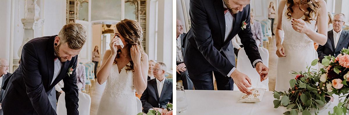 emotionale Hochzeitsfotos beim Ringtausch während standesamtlicher Trauung im Rosenzimmer - Ermelerhaus Berlin Hochzeitsfotograf © www.hochzeitslicht.de